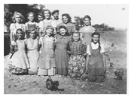 Numerous farmworkers posing on Fábos farm