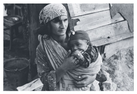Roma woman with child in 1920s Hungary